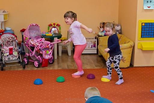 Zabawki sensoryczne dla dzieci – czego uczą?