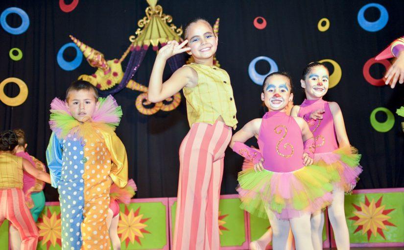 Jak zachęcić dziecko do wystąpień publicznych i teatralnych – pomysły i porady